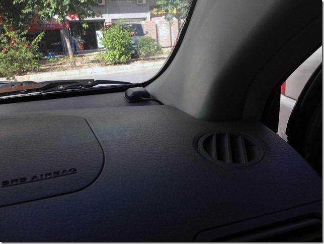 Kiyo GPS-800 GPS antennája a műszerfalra felszerelve