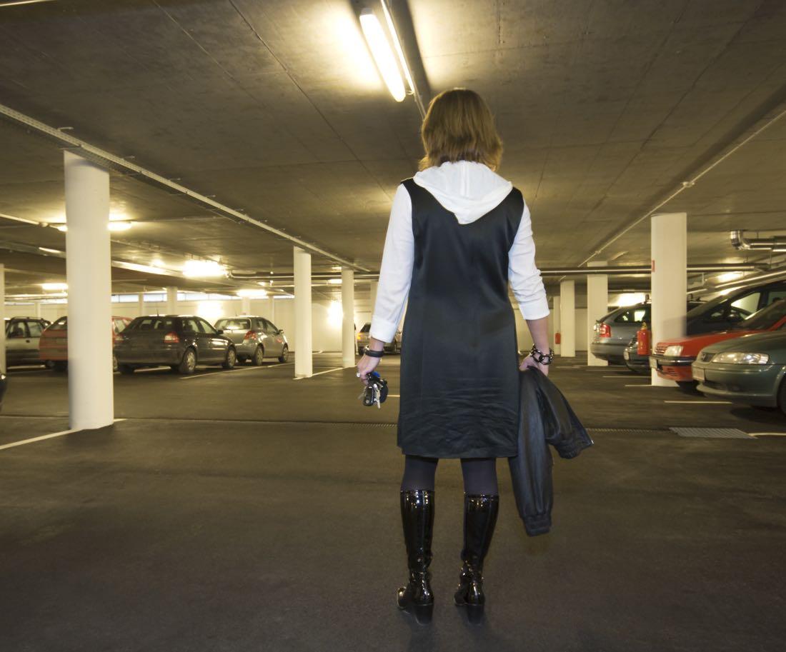 Autó elrablása parkolóházban